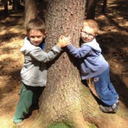 Míša a Dominik v lese